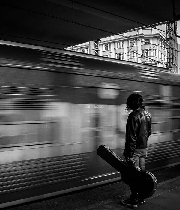 Músico entrando no metrô